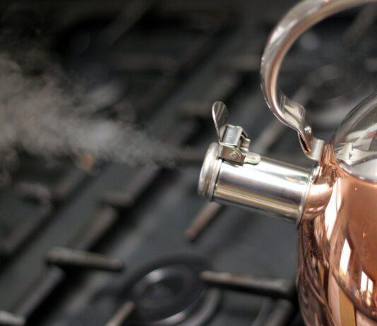 Jeśli zastanawiasz się, jak usunąć kamień z czajnika, wypróbuj proste domowe sposoby. Czysty, lśniący czajnik, z którego gwizda bucha para.