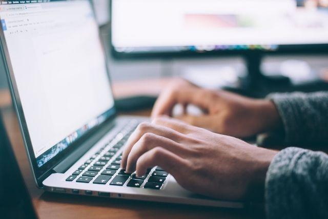 Mężczyzna pracujący przy komputerze jako freelancer.