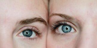 Dwie młode kobiety z niebieskimi tęczówkami, delikatnie widoczne worki pod oczami