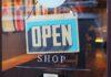 Ezakupy są o wiele wygodniejsze od tych tradycyjnych. Na zdjęciu drzwi sklepowe, na których zawieszono tabliczkę: open shop.