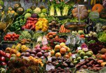 Frutarianizm to dieta złożona niemal wyłącznie z owoców. Na zdjęciu targ z owo