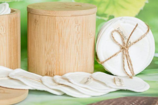 Płatki kosmetyczne wielokrotnego użytku i bambusowy pojemnik. To przedmioty charakterystyczne dla filozofii zer warte.