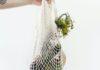 Siatka na zakupy z zielonymi warzywami wyprodukowana w duchu zero warte.
